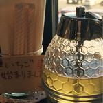 43626891 - ハチミツをポットで提供されます