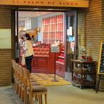 ル サロン ド ニナス - お店の入り口はショッピングモール側にあります