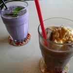 Cafe echelle - ブルーベリーとバナナのスムージー、アイスキャラメルココア