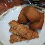 横浜うかい亭 - 小焼き菓子。フィナンシェとチーズサブレ。