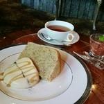 横浜うかい亭 - 紅茶のシフォンケーキ、いちじくジャム添え。