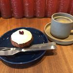 43633283 - アメリカンコーヒー390円とキャロットケーキ350円