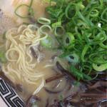 ラーメン京龍 - 麺見せ 柔い麺 そりゃ無いぜ… 博多風なとんこつラーメンなのに