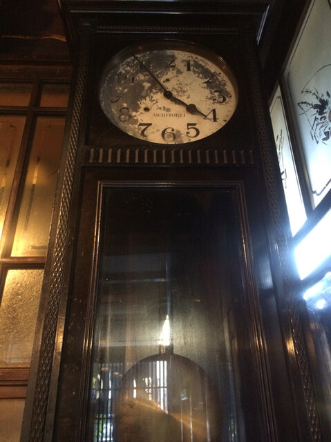 土手の伊勢屋 - 現役の大時計
