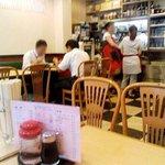 新川大勝軒飯店 - 厨房カウンターの女子スタッフは中国語全開。