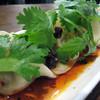 姪浜 門際飯荘 - 料理写真:創作系の『山椒ゴリゴリ!麻辣水餃子』。辛さはピリ辛程度で、山椒とパクチーの香りで美味しく頂けます。