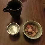 43641982 - 付き出しの筑前煮、良いお味付♪福井のお酒「いっちょらい」と共に。