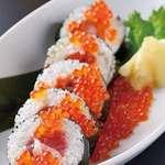 海鮮たっぷりの巻き寿司 いくらかけ