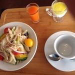 チェント・ドゥエ - 朝食 サラダとジュースとヨーグルト