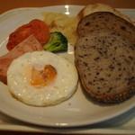 広島アンデルセン - パン3種、ソーセージ、目玉焼き、トマト、ポテト