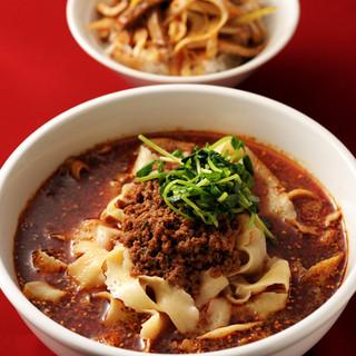 中国から呼んだシェフが作る、手打ちで削りたての刀削麺