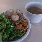 エディターズ カフェ - ランチスープとサラダ この日は芋煮つき