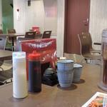 鉄板焼お好み焼 花子 - テーブルに置いてある調味料