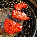 焼肉 西の屋 - 料理写真:ランチのハラミ&ロースのセット。美味しいけどね、コストパフォーマンスは微妙な感じだね。パチンコで勝った人向け♪