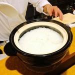 旬味 やま修 - 〆のごはんは土鍋で炊き立てを頂きます。至福の幸せ