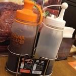 ステーキのどん - ソースは2種類