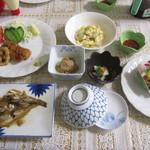 43677476 - 夕食。品数が多く味付けもよかったです。揚げものはハーフトンカツ、カキフライ。さらに海老フライ1本追加。