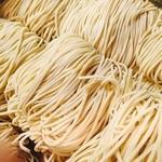 神楽坂 龍公亭 - 国産小麦粉を使用した自家製麺 当店の湯麺・炒麺には創業以来、代々受け継がれた製法の自家製麺を使用しております。