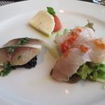 イル カンティニエーレ - 奥・カプレーゼ 手前右・金目鯛をトマトのソースで 手前左・燻製の鯖を古代米と共に