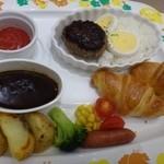 ブレッドガーデン - 料理写真:チビが選んだのは「キッズハンバーグプレート(790円:外税) ミニハンバーグ・ミニクロワッサン・ポテトフライ・ご飯・ゆで卵・ソーセージなどが盛られています。