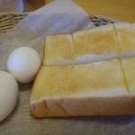 コメダ珈琲店 - 写真は二人分。 トーストは一人半切れです。 「バター」「ジャム」をチョイスできますので「バター」で。 ゆで卵は上手に茹でてありますよ。