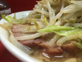 ラーメン二郎 - 昔はもっとスープが丼すり切れまで溢れてたかな。というか丼の外に零れたました(笑)