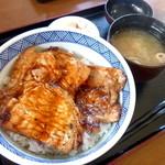 43698835 - 豚丼 ¥940+税  お味噌汁お漬物付き
