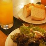CAFE SONES - パン、サラダ、ドリンク