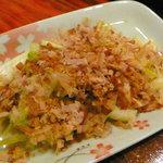 磯味処 海鮮亭 - 島らっきょうの浅漬け。カツオをいっぱいかけて頂くのが、鰹の豊富な本部ならでは。塩気のある刺激的な風味がお酒にもぴったり