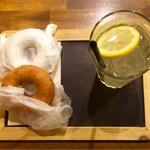 フロレスタ - きなこドーナツ、ロイヤルミルクティドーナツ、レモンスカッシュ。