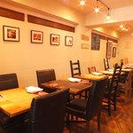 【神保町】まるでコンサートホールに居るようなイタリアン カフェ トライオード - 暖かい風合いの杉材手作りテーブル席