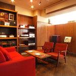 【神保町】まるでコンサートホールに居るようなイタリアン カフェ トライオード - 真空管アンプの目の前ソファ席