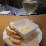 43704710 - 2015.10:白ワインとお通し