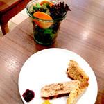 ティーシーカフェ 自由ヶ丘店 - ランチセットのサラダと食べ放題のベーグル