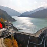 黒部ダムレストハウス - 黒部ダムの右岸(信濃大町側)にあります(赤い⇒)(2015年10月)