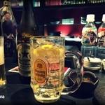 43719239 - ハイボール。瓶ビールは赤星。長渕剛の富士山ペットが並んでいます。