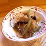 まるぜん - お通し(2) 見たことのないキノコと野菜の炊合せ。これも味わい深い~