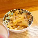 まるぜん - お通し(1) 大根と油揚げの煮物。旨味が染み込んで美味しい!