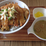 43724826 - カツ丼、ご飯大盛りです。味噌汁と漬物がセットで付いてきます。(2015.10 byジプシーくん)