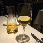 43724887 - 白ワインのデキャンタ