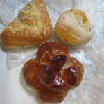 プチ マルシェ - 料理写真:この中からいつもの様に朝食用のパンを3つ選んでみました。