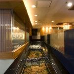 銀座江島 - 毎日空輸させる蟹は店内の大きな生簀で最高の鮮度を保持