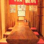 焼鳥 義晴 - 落ち着いた店内にはテーブル席が多い。