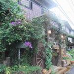 Cafe MaCachette - 玄関の回りには花とアンティークが