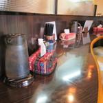 赤湯 とんとんラーメン - お洒落なカウンター。