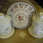 餃子物語 - 高級感ある専用茶具及びプーアル茶、ジャスミン、ウーロン茶、菊花茶等珍しい中国茶も揃う