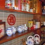 餃子物語 - 中国茶、紹興酒、ワイン、白酒等豊富なドリンクを飾るカウンター
