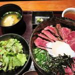 焼とりともつ鍋 かりんこ - お肉の質は同じですが、肉やご飯の量に応じて、並・上・特・特上とあります。                             サラダと味噌汁付きです。