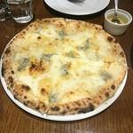 エノテカ ドォーロ - 四種チーズのピザ