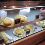 ラフブロッサム - お店の中では色々なチーズケーキが販売されてます
